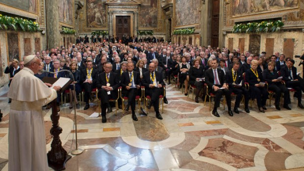 6 mai 2016 : Le pape François reçoit le prix Charlemagne. Discours du pape. Vatican, Rome, Italie. DIFFUSION PRESSE UNIQUEMENT.  EDITORIAL USE ONLY. NOT FOR SALE FOR MARKETING OR ADVERTISING CAMPAIGNS. May 6 2016 : Pope Francis receives the International Charlemagne Prize 2016 in the presence of numerous authorities. Sala Regia of the Vatican Apostolic Palace.