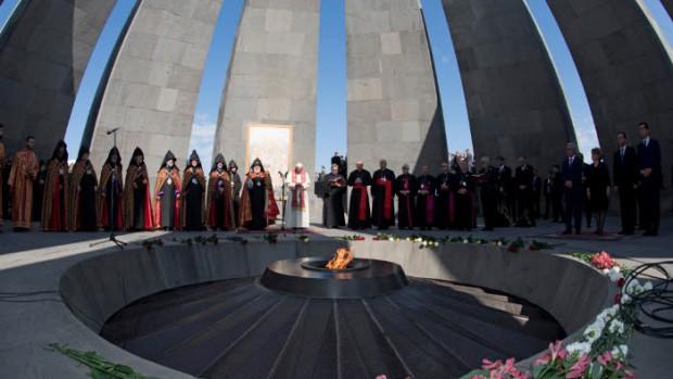 25 juin 2016 : Voyage du pape François en Arménie. Le pape François et KAREKINE II (Garéguine II), patriarche suprême et Catholicos de tous les Arméniens priant lors de la visite du mémorial du génocide arménien sur la colline de Tsiternakaberd à Erevan, Arménie.
