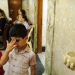 ©Christophe Petit Tesson/MAXPPP - 15/06/2014 ; QARAQOSH ; IRAQ - En raison de l'insecurite regnant a Mossoul, la plupart des Chretiens ont choisi de s'installer a Qaraqosh, village chretien a 10 km a l'est de Mossoul. Des  enfants syriens catholiques font le signe de croix lors d'une messe a l'eglise de Mar Benam.