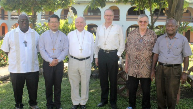 De gauche à droite : Mgr John Bosco Baremes, SM, Evêque de Port Vila, Vanuatu, Mgr Vincent Long OFM Conv (Parramatta), Mgr Robert McGuckin (Toowoomba), Mgr Charles Drennan, Evêque de Palmerston North, New Zealand, Mgr Michel Calvet, SM, archevêque de Nouméa, Nouvelle Calédonie et Mgr John Ribat MSC, archevêque de Port Moresby.