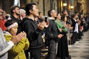 """Vacances atypiques : """"Notre Père"""" lors de la messe pour et avec les personnes de la rue. """"Aux captifs la Libération"""""""