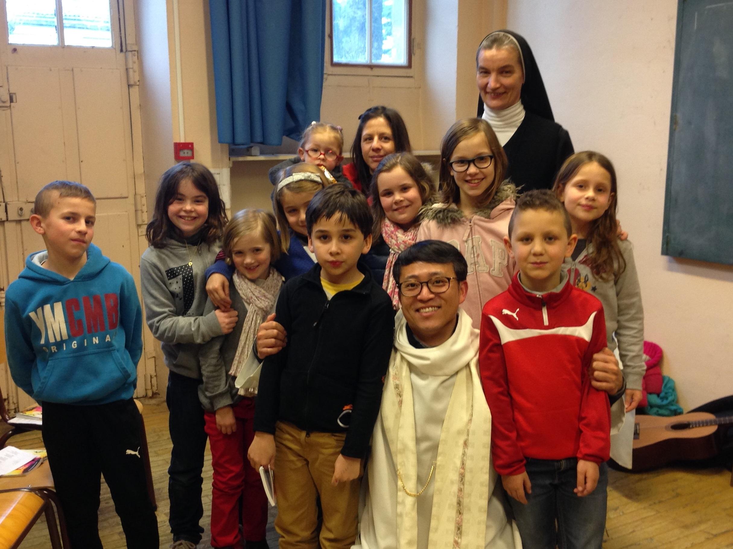 Témoignage d'un religieux coréen en mission en France - Le père jean-Bosco entouré d'enfants