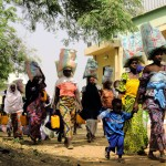 Nigéria - Femmes revenant d'une distribution de nourriture faite par l'Église catholique Sainte Teresa